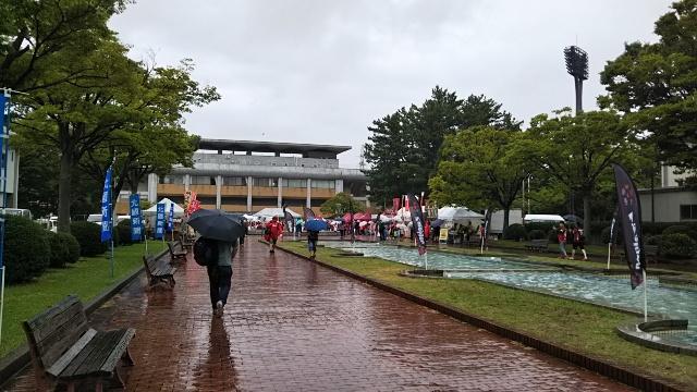 西部緑地公園陸上競技場雨の日