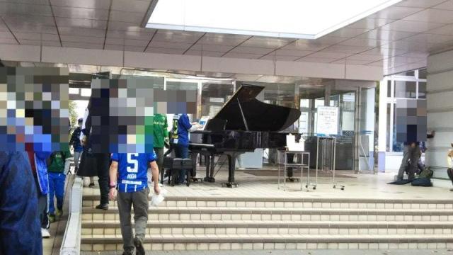 アリーナに置いてあるピアノ
